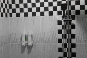 Queen Guest House Bengkulu - kamar mandi