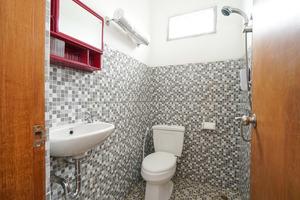 OYO 302 Karolin Syariah Homestay Malang - BATHROOM