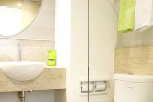 MaxOneHotels at Dharmahusada  Surabaya - bathroom