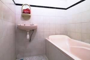 RedDoorz @ Dukuh Kupang Surabaya - Kamar mandi