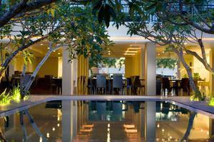 Hotel Santika Kuta Bali - Restauran di Malam Hari