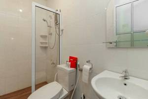 RedDoorz Plus @ Batam Center Batam - Bathroom