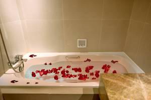 Maestro Hotel Kota Baru Pontianak - Bathub di Kamar Suite