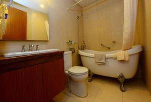 Hotel Scarlet Makassar - Deluxe Bathroom