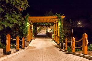 Botanica Nature Resort Bitung - Jembatan di malam hari