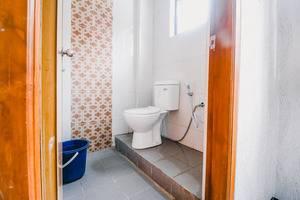 RedDoorz near Taman Rekreasi Selecta Malang - Bathroom
