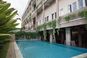 RedDoorz @Mahendradatta Bali - Kolam Renang