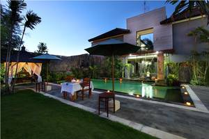Jimbaran Lestari Hotel   - Makan malam dengan Pemandangan Kolam Renang