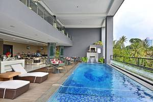 Travello Hotel Bandung -  Swimming Pool