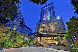 Travello Hotel Bandung -   Night Outdoor