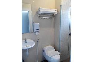 De Wahyu Hotel & Convention Malang - Bathroom