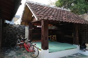 Iwabana Homestay Bali - Gazebo untuk duduk duduk dan ada perpustakaan bukunya