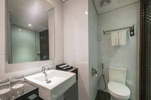 Luminor Hotel Surabaya - Bathroom