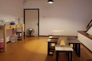 The Hostel Surabaya - the Hostel ruang makan dan dapur