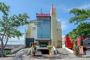 RedDoorz Plus near Hotel Benua Kendari