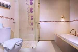 Berry Hotel Legian - Kamar mandi