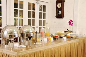 La Nostalgie Guest House Bandung - Buffet Breakfast