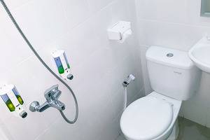 Sunrise Hotel Yogyakarta Yogyakarta - Ruang mandi dilengkap dengan sabun dan shampo. Tersedia air panas dan dingin. Shower.