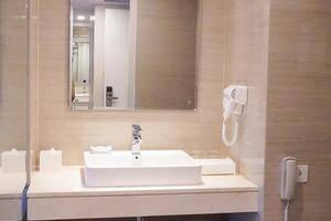 Platinum Adisucipto Hotel & Conference Center Yogyakarta Jogja - Kamar Mandi