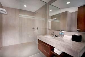 Aston Madiun Hotel Madiun - Deluxe Bathroom