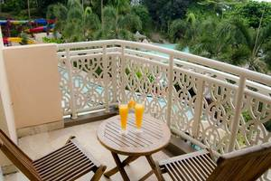 Hawaii Resort Family Suites Anyer - Meja Makan