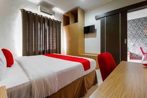 RedDoorz Plus near Pantai Losari Makassar - Room