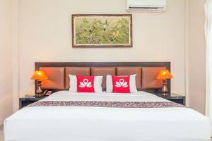 ZenRooms Seminyak Taman Petitenget Bali - Tampak tempat tidur double