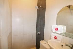 NIDA Rooms 8 Kraton Tugu Railway Station Jogja - Kamar mandi