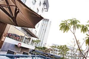 Crown Prince Hotel Surabaya - Samping kolam renang