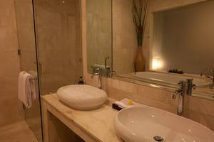 Kamuela Villas & Suites Sanur - Suite Bathroom
