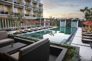 The Kana Kuta Hotel Bali - Pemandangan kolam renang dari restoran Seleriana
