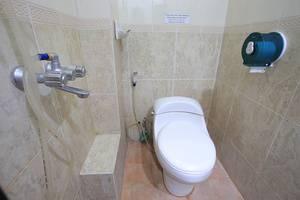 RedDoorz @Lebak Bene Kuta - Bathroom