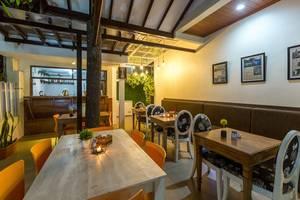 Jayagiri Guesthouse Bandung - Coffee shop lokasi deket dengan lobby (Saat Malam)