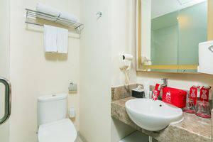 ZenRooms Holiday Inn Kuta Square - Kamar mandi