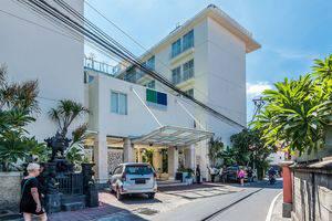 ZenRooms Holiday Inn Kuta Square - Tampak luar