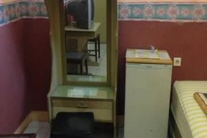 Hotel & Restaurant Anugerah Bondowoso - Lemari pakaian dan lemari es di Kamar VIP