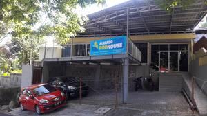 Manado Pod House Manado - Tampak luar penginapan: Area Parkir, Balkon, dan Pintu Masuk Lobby