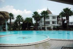 Yasmin Resort Puncak - Swimming Pool