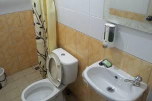 Kantos Guest House Jakarta - Kamar mandi dengan water heater dan amenitis (sabun dan shampoo)