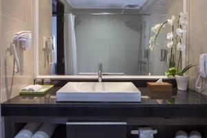 Prime Plaza Suites Sanur Bali - Bathroom