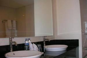 Laprima Hotel Flores - Guest BathRoom