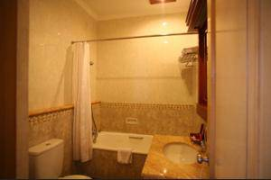 Sahira Butik Hotel Bogor - Bathroom