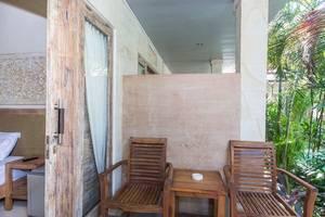 RedDoorz @Sanur 2 Bali - Meja dan kursi