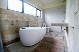 RedDoorz Plus near Kualanamu Airport Medan - Bathroom