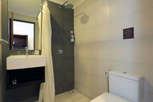 RedDoorz near Gelael Kuta Bali - Bathroom