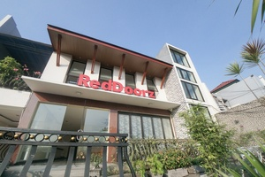 RedDoorz Plus near Green Pramuka Square Mall