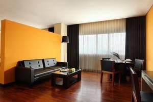 The 1O1 Malang OJ - Kamar Junior Suite, Kamar tidur dengan ruang tamu dan dapur 66 m2