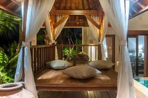 Dewarka Villa Bali - Gazebo di kolam renang