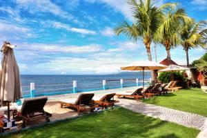 The Bali Shangrila Beach Club Bali - rumput dan dek matahari di strip pasir putih