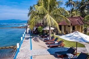 Bali Seascape Beach Club Candidasa - sun beds pada area berpasir putih